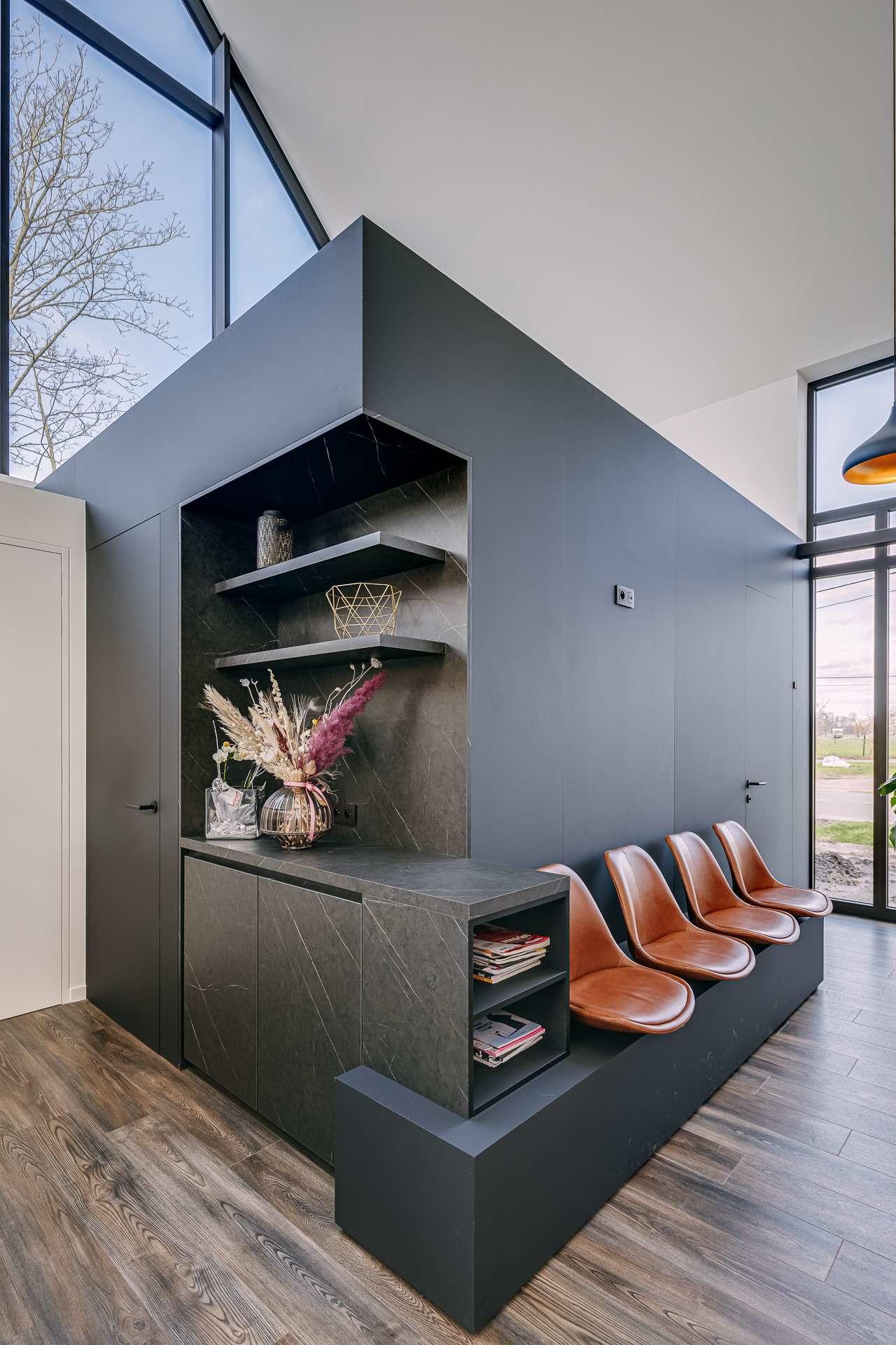 ATA Interieur - groepspraktijk - wandbekleding met ingewerkt deur