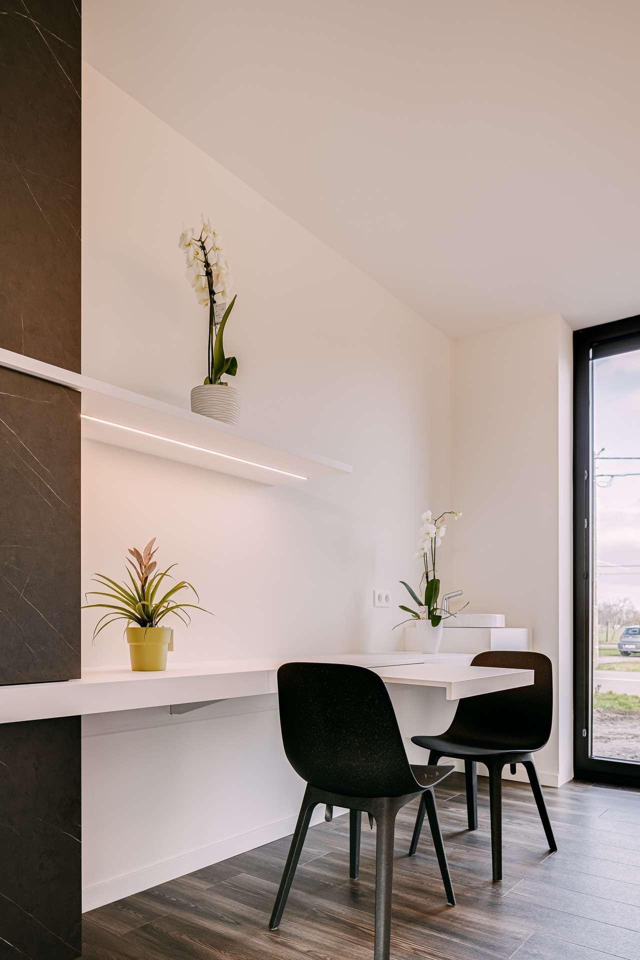 ATA Interieur - Realisatie - wit maatwerk uitschuifbaar bureau - zwevend